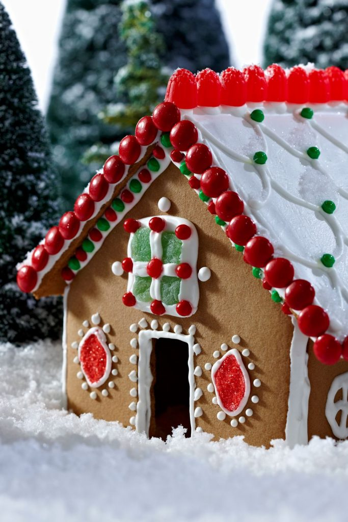 Decorate a gingerbread house